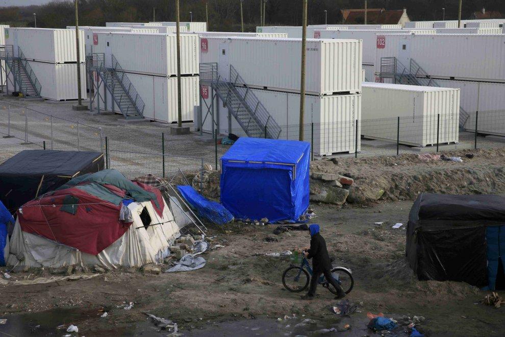 Calais, gru sgomberano 'la giungla': migranti trasferiti in container
