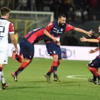 Serie B: Cagliari battuto, Crotone in vetta. L'Entella rifila una lezione all'Ascoli