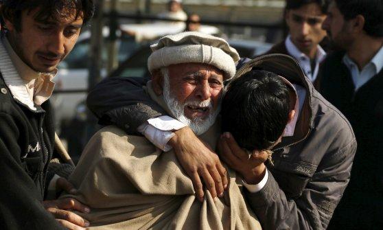 Pakistan, si fa esplodere a posto di blocco Peshawar: tra gli 11 morti un bambino di 7 anni
