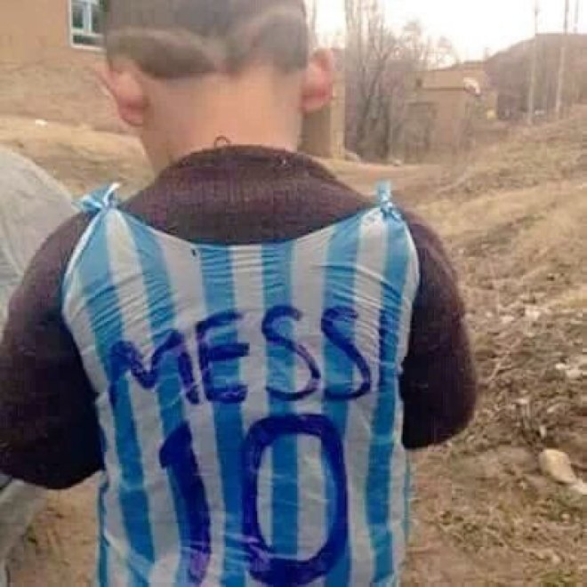 Iraq, in cerca del piccolo fan di Messi: lo scatto commuove