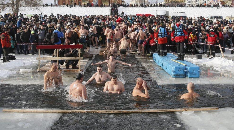 Dal Giordano ai laghi ghiacciati russi: un tuffo in acqua per l'Epifania ortodossa