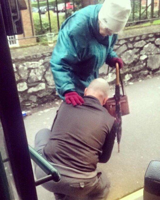 L'autista gentiluomo: ferma il bus per allacciare la scarpa all'anziana signora