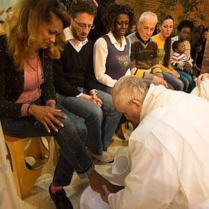 """Papa Francesco cambia il messale: """"Lavanda dei piedi anche per le donne"""""""