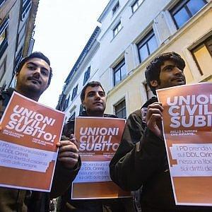 """Unioni civili, al Senato  valanga di emendamenti al ddl Cirinnà. Renzi: """"Legge irrinviabile"""""""