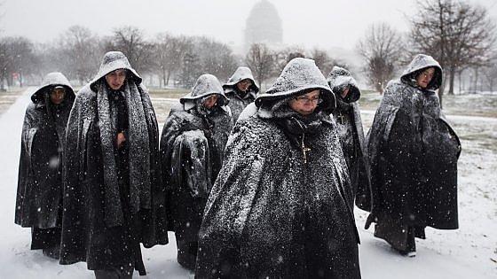 Tempesta di neve sugli Usa: 8.600 voli cancellati, almeno 16 morti. Si  ferma New York
