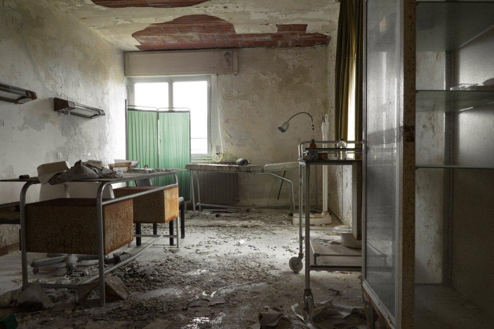 Lontani dalla cura: viaggio negli ospedali abbandonati