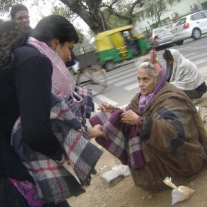 """""""Piano freddo"""": distribuzione di coperte e sacchi a pelo, 100 posti letto in più a Roma"""