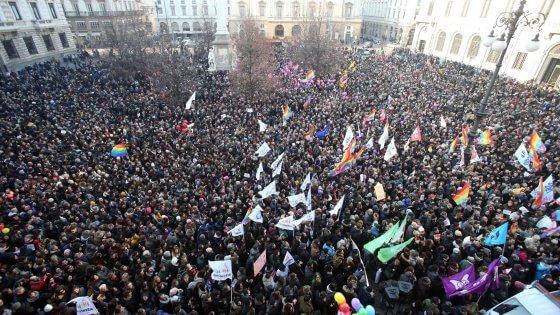 Unioni civili, l'Italia arcobaleno riempie le piazze