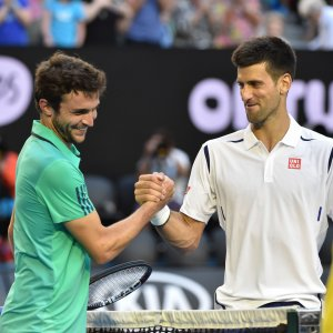 Tennis, Australian Open: Djokovic si salva al quinto, Federer ok. Serena sfida la Sharapova