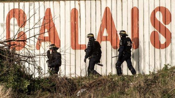 """Migranti, i camionisti britannici hanno paura: """"A Calais serve l'esercito intorno ai campi profughi"""""""