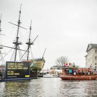 Amsterdam, protesta Amnesty: il barcone dei manichini-migranti