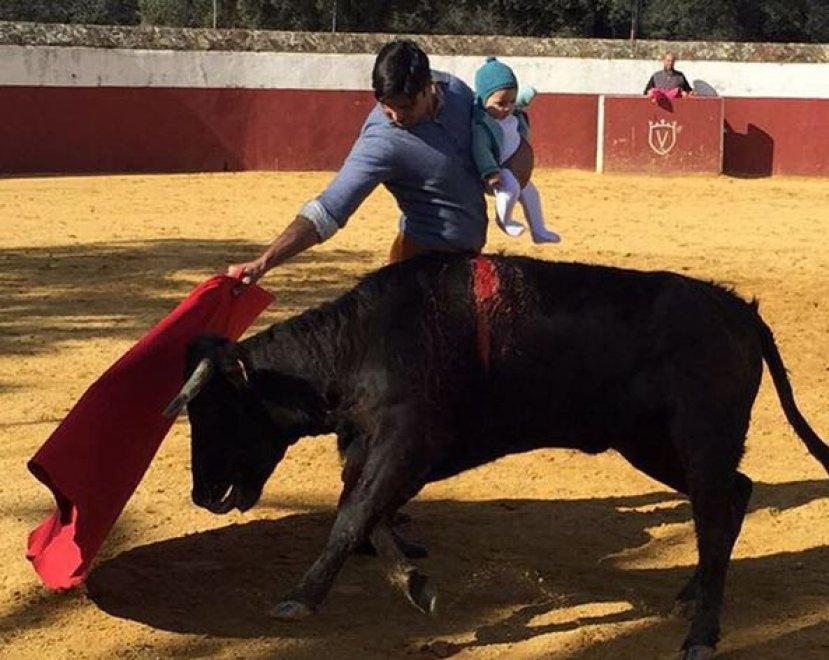 La corrida delle polemiche: il torero ha in braccio la figlia di 5 mesi