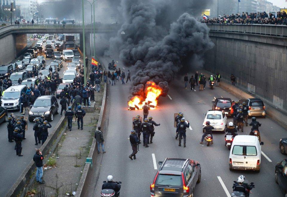 La protesta dei taxi paralizza Parigi: caos, scontri e fermi