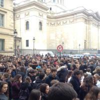 Parigi, evacuati sei licei per allarme bomba: le immagini su Twitter