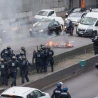 Parigi, protesta tassisti contro Uber: caos e scontri, 20 arresti