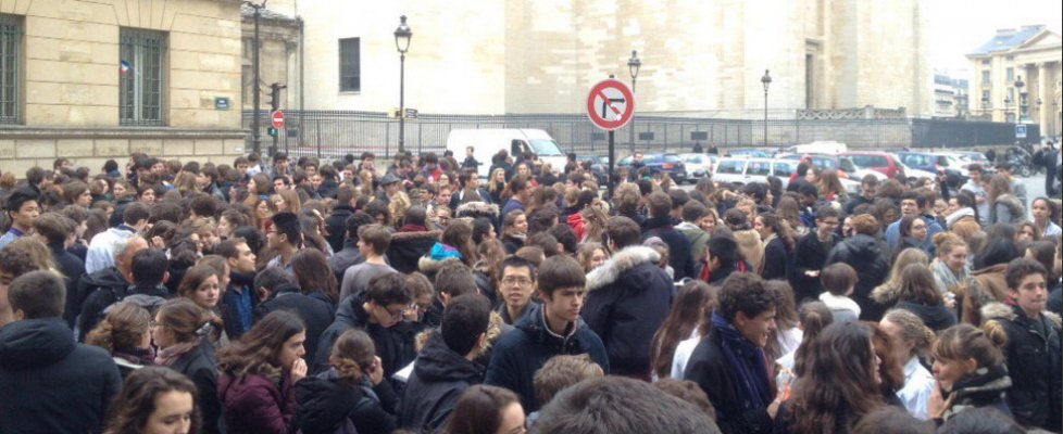 Francia, falso allarme bomba a Parigi: evacuati sei licei