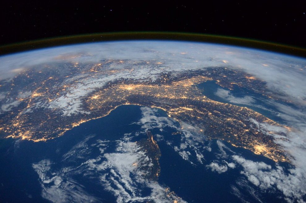 Dalle Alpi alla Capitale, l'Italia si illumina: lo scatto dell'astronauta dell'Esa