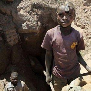 Congo, bambini in miniera ad estrarre cobalto per cellulari, tablet, computer e auto