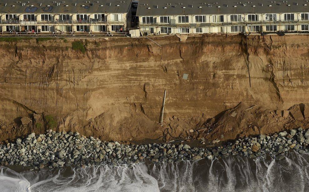 California, la scogliera si sbriciola: le case a un passo dal dirupo