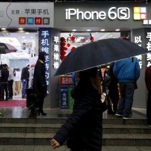 Apple, utili boom ma l'iPhone non tira più