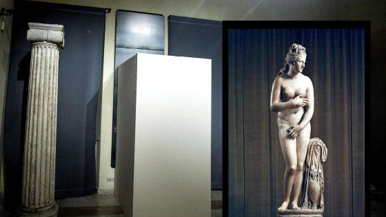 """Statue coperte, l'ira di Renzi: """"Qualcuno pagherà"""". Nel mirino la donna del cerimoniale"""