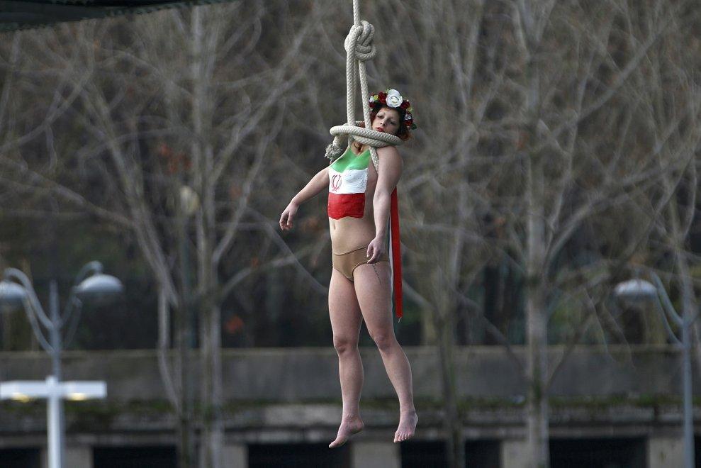 Parigi, attivista Femen appesa con cappio al collo: la protesta contro Rouhani