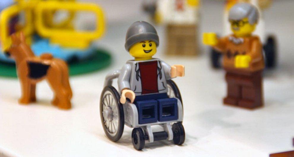 Lego, prodotto il primo personaggio su sedia a rotelle