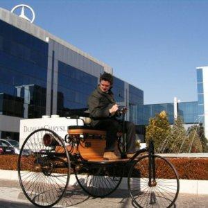 E Mercedes 130 anni fa inventa l'auto, che emozione guidarla