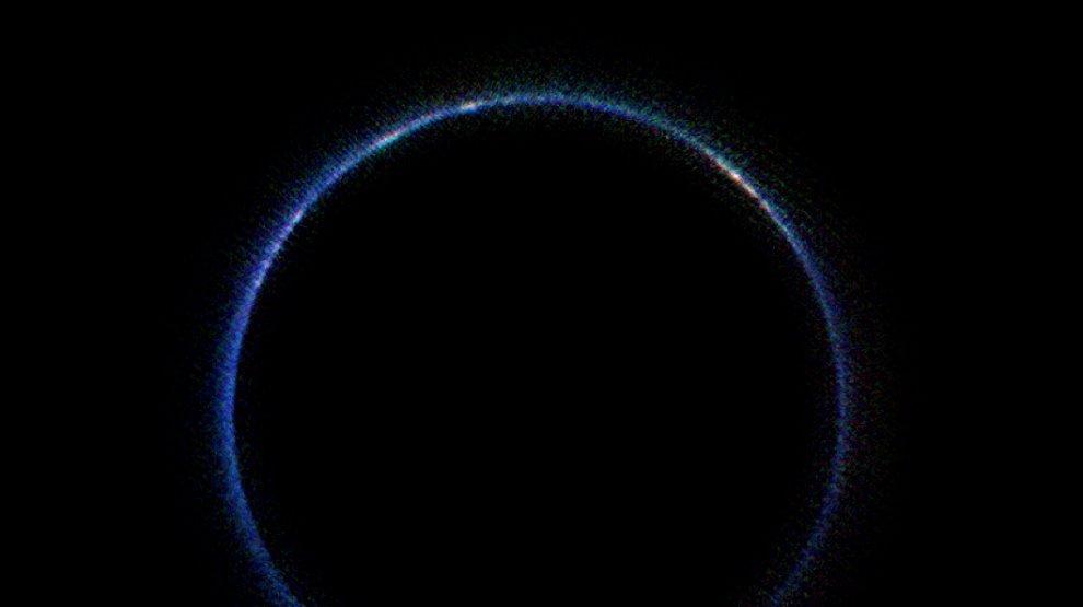 Plutone si colora di blu, grazie agli idrocarburi: il nuovo scatto da New Horizons
