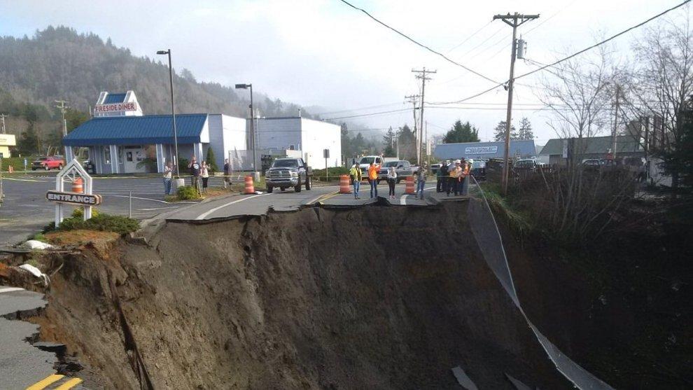 Oregon, la gigantesca voragine sulla Route 101
