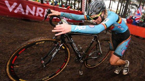 """Ciclocross, la van den Driessche si difende: """"La bici truccata non era la mia"""". Mondiali: trionfo di van Aert"""