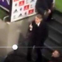 Milan- Inter, nerazzurri nel tunnel: Mancini espulso mostra il dito medio, calciatori a confronto con ultrà