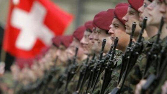 I mille guai dell'esercito svizzero: dopo la coca a Davos, i fucili 'scordati' sul treno