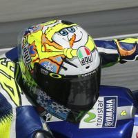 MotoGp, Rossi in pista a 50 gradi con il pupazzo di neve sul casco