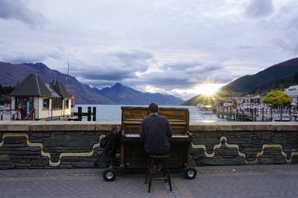 Nuova Zelanda, il pianista che guarda il lago: molla il lavoro per suonare