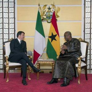 """Renzi in Ghana rilancia il duello con l'Ue: """"Non prendiamo lezioncine da Bruxelles"""""""