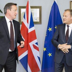 """Brexit, Tusk cita Amleto e presenta proposta per la Gran Bretagna: """"Freno d'emergenza per benefici previdenziali ai lavoratori Ue"""""""