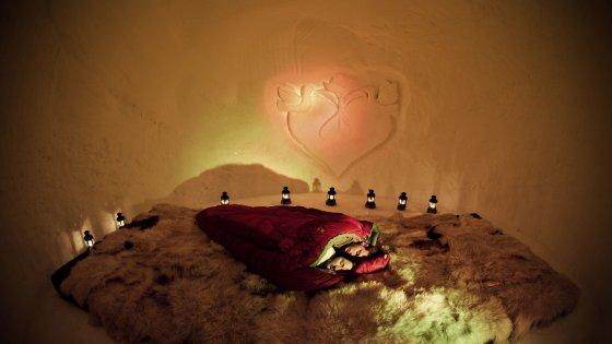 In Austria, due cuori si riscaldano nel calore dell'igloo