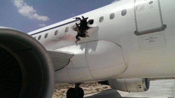 Somalia, squarcio su aereo in fase di decollo: passeggero muore risucchiato nel vuoto