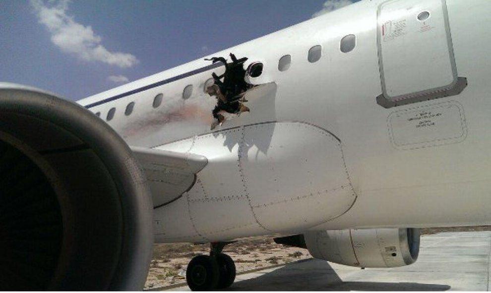 Somalia, atterraggio d'emergenza: buco nella fusoliera per 'esplosione bomba'