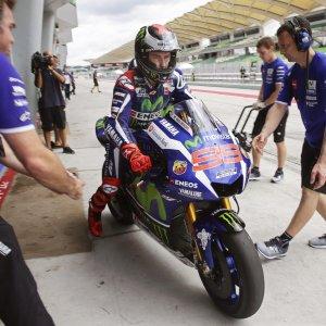 MotoGp, test di Sepang: Lorenzo e Rossi dominano sotto la pioggia