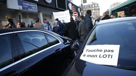 Gli autisti di Uber manifestano contro il governo francese
