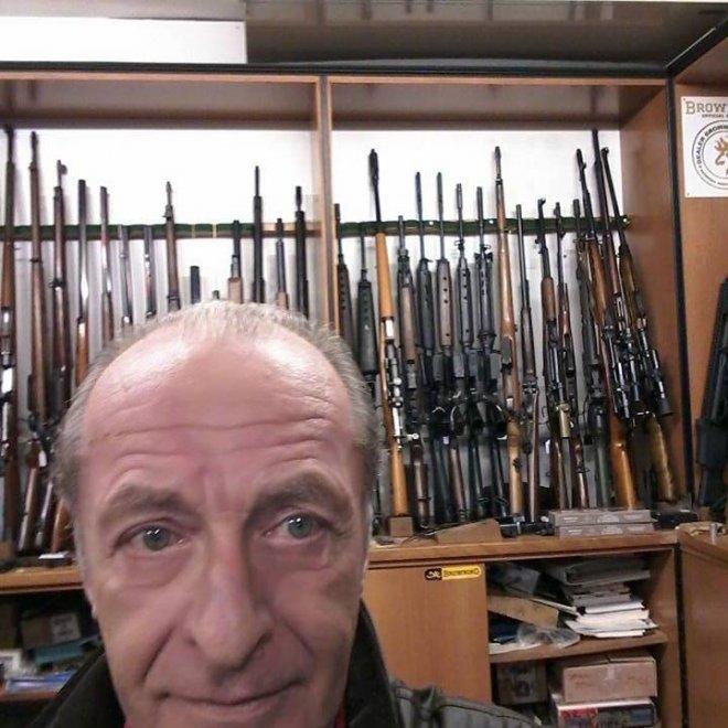 Padova, l'assassino confessa: su Fb le foto con le armi, anche la figlia in posa col fucile