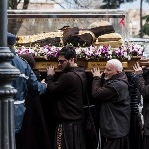 Giubileo, il corpo di Padre Pio a Roma: fedeli rallentano il convoglio lungo il viaggio