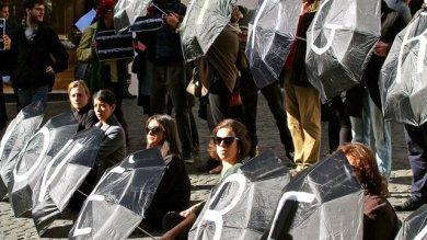 """Immigrazione, associazioni in piazza  contro il reato: """"Clandestina è la legge  non lo sono certo le persone""""  Video"""
