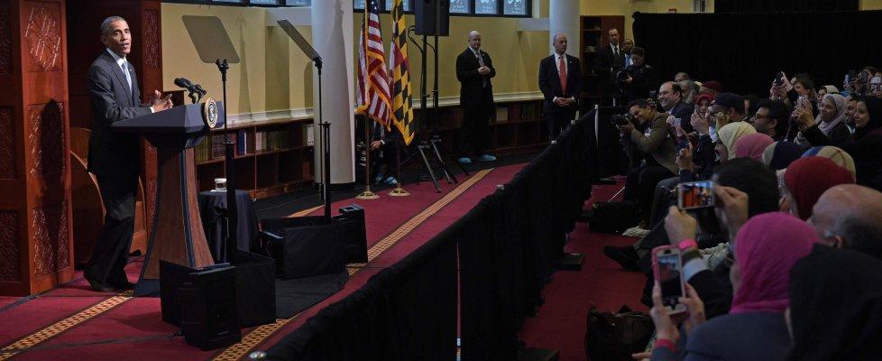 """Obama per la prima volta in una moschea Usa: """"Da politici retorica inaccettabile contro Islam"""""""