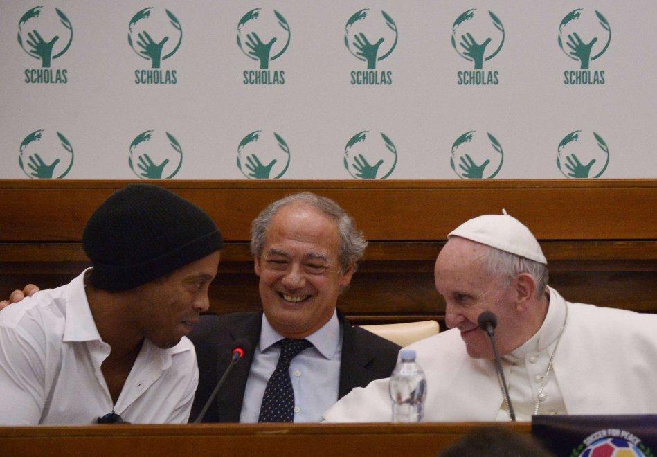 Vaticano, Papa Francesco incontra Ronaldinho