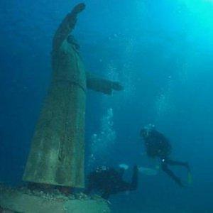"""Statue religiose e business: l'invasione nei parchi o sotto il mare: """"Avvicinano alla fede"""""""