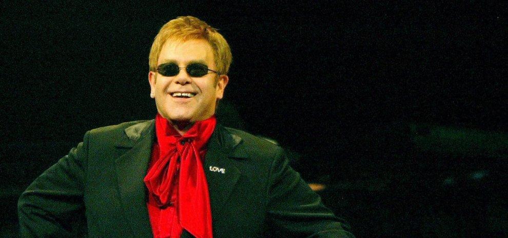 """Elton John: """"Il buio è passato, sono felice con mio marito David"""""""