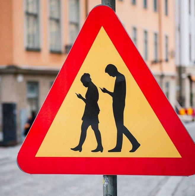 Smartphone, koala e surfisti: i cartelli stradali sono bizzarri
